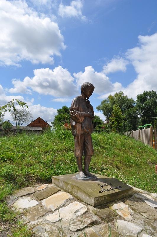 rzezba chłopca trzymajacego skrzypce